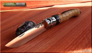 Photo: Opinel custom n°049 Amarello, ébène. http://opinel-passions-bois.blogspot.fr/ Personnalisations en marquèterie de bois précieux, cornes, résines et aluminium du couteau pliant de poche de la célèbre marque Savoyarde Opinel.