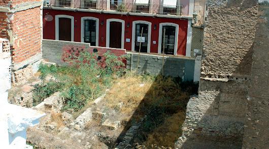 Solar de la Calle Arráez, sin ningún tipo de mantenimiento a pesar de ser propiedad del Ayuntamiento de Almería.