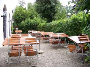 Photo: so sieht der Biergarten im Juli 2009 aus ... leer wegen schlechtem Wetter