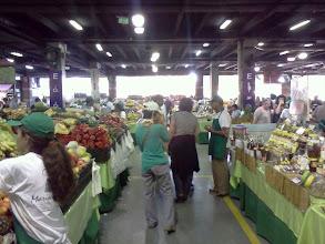 Photo: ショッピングモールの駐車場で週1回あるマーケット。 野菜・果物その他、新鮮でいいものが買える。 日本人が作る日本野菜いろいろも。