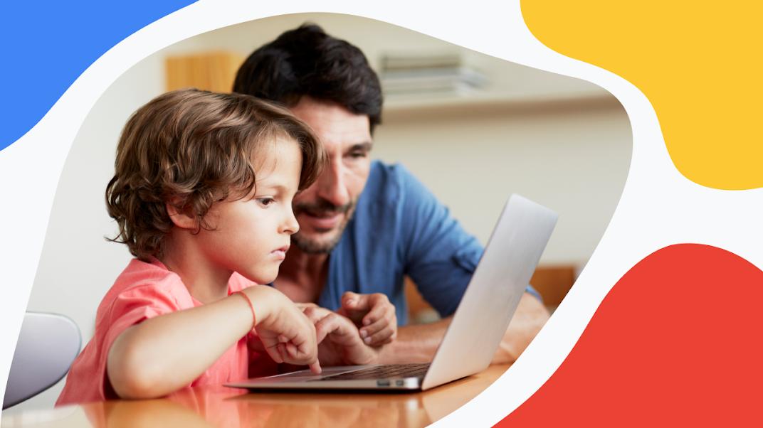 чоловік і дитина дивляться на комп'ютер
