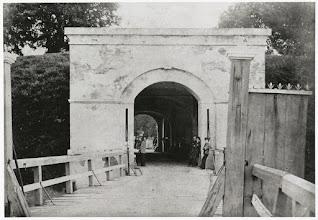 Photo: 1865 Inkijk aan de buitenzijde van de Haagse - Antwerpse Poort naar de stad