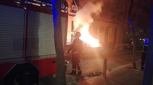 Prenden fuego a una cuba de desechos en el centro de Almería