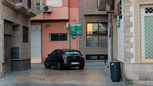 Un vehículo por una zona peatonal y de uso exclusivo para carga y descarga.