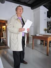 Photo: Raili esittää runoja kevätkauden päätökseksi kievarin tiloissa.