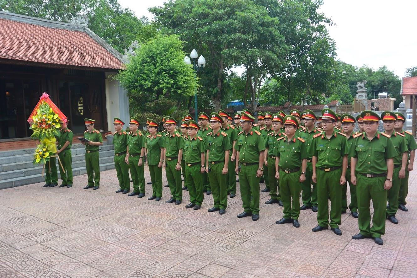 Lãnh đạo, CBCS Phòng Cảnh sát Hình sự báo công lên anh linh Cố Bộ trưởng