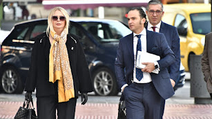 El letrado Carlos Ferre y la esposa de Alemán, Isabel Carrasco, también acusada. Detrás el letrado José Luis Alabarce.