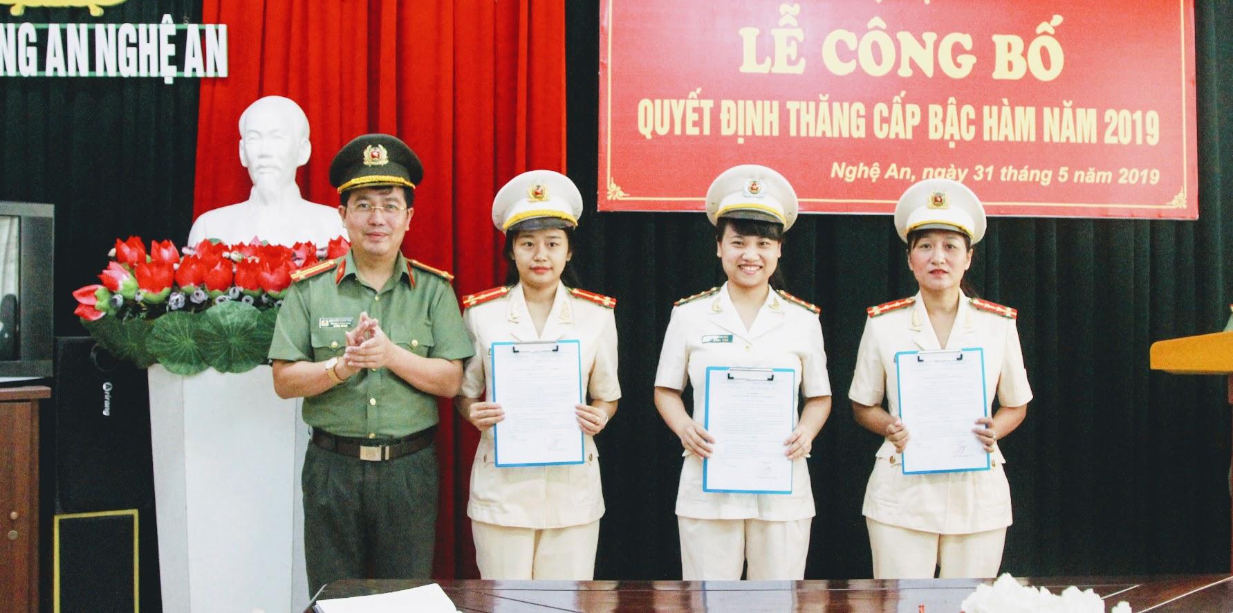 Các đồng chí cán bộ Báo Công an Nghệ An nhận quyết định thăng cấp bậc hàm