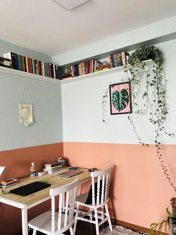 Escritório com técnica de pintura meia parede delicada rosa e branco