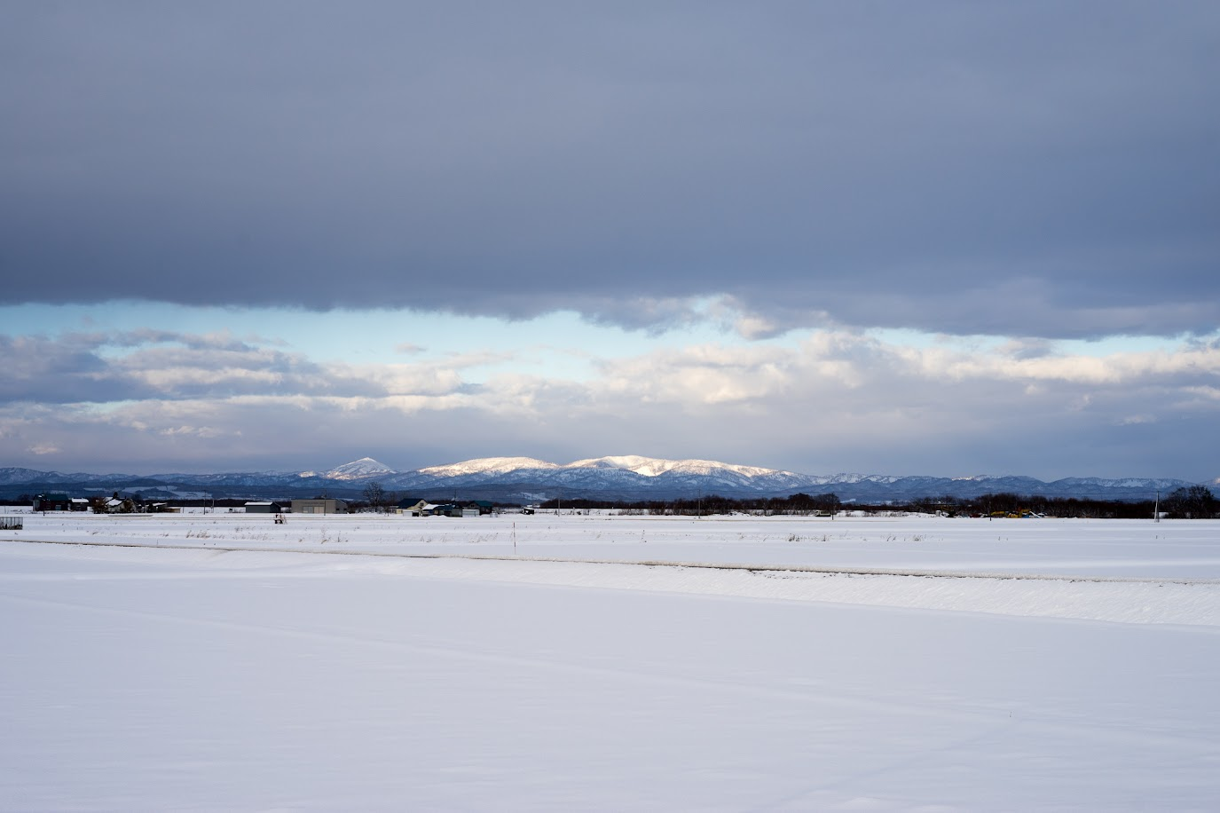 山頂の雪を照らす光