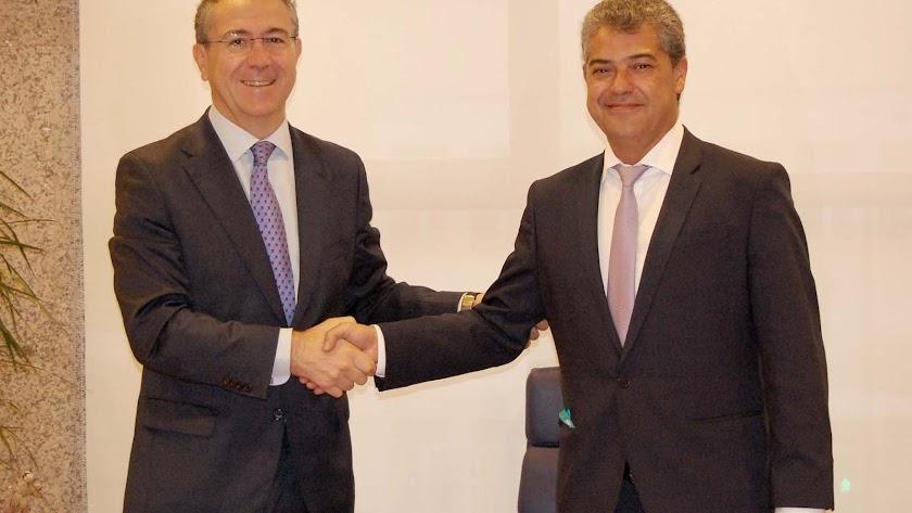 El rector de la UAL, Carmelo Rodríguez, con el presidente de Cajamar, Eduardo Baamonde, en la firma del último convenio.