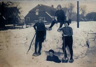 Photo: Sneeuwpret Anderenseweg: Pa Scheper, Hendrik Scheper, Geert Hadderingh en Hendrik Hilbrands