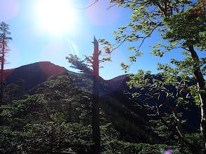 左に向かう硫黄岳(右は横岳)