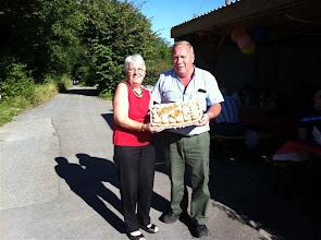 Photo: Margrit Siegrist überbringt Arno Ruch zu seinem 70. Geburtstag ein schönes Geburtstagsbrot und gute Wünsche