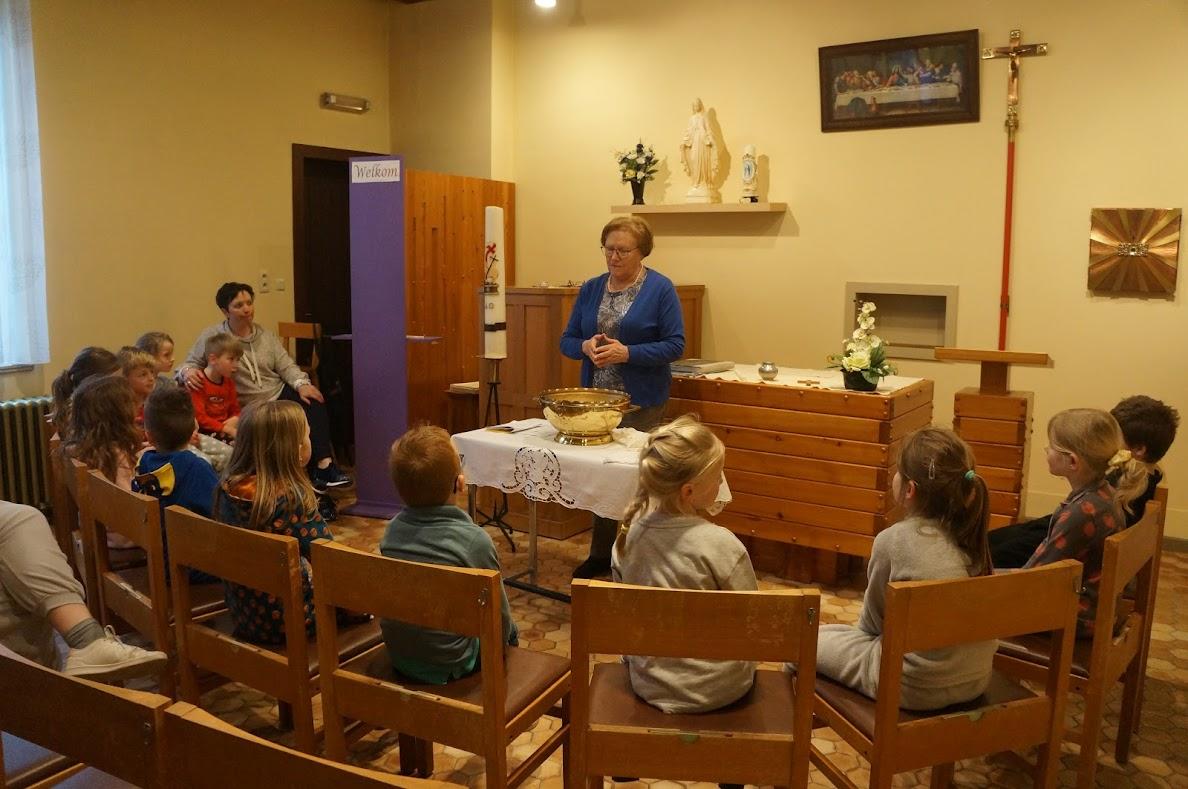 Eerste communicanten leren over het doopsel