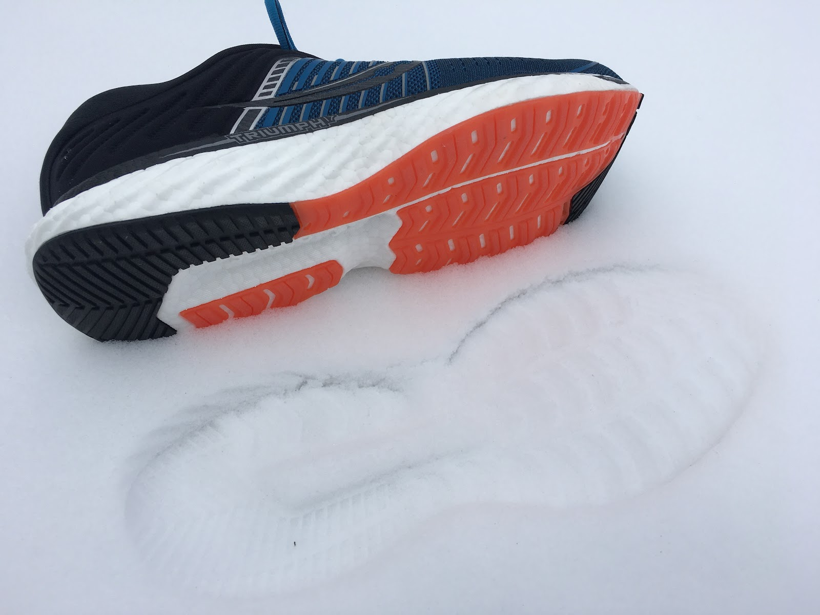 Pomarańczowy bieżników butów poprawia widoczność biegacza po zmroku.