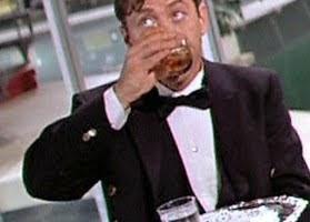 Chefkellner Levinson trinkt Glas vom Serviertablett gleich selber aus.
