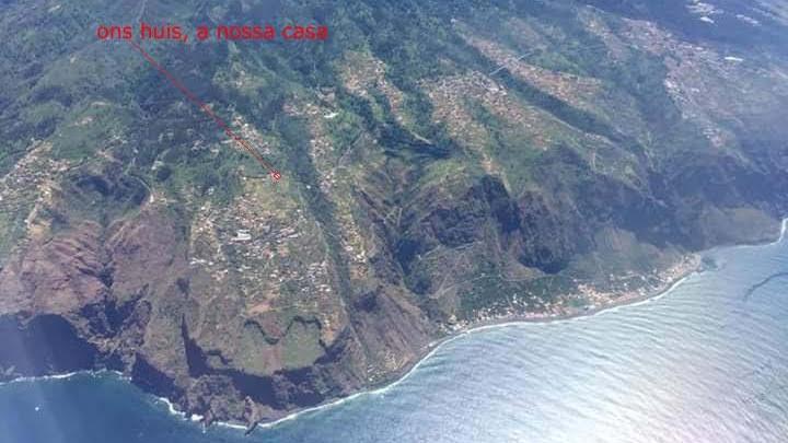 Fajã da Ovelha vanuit de lucht. Ons huis staat in het rode cirkeltje
