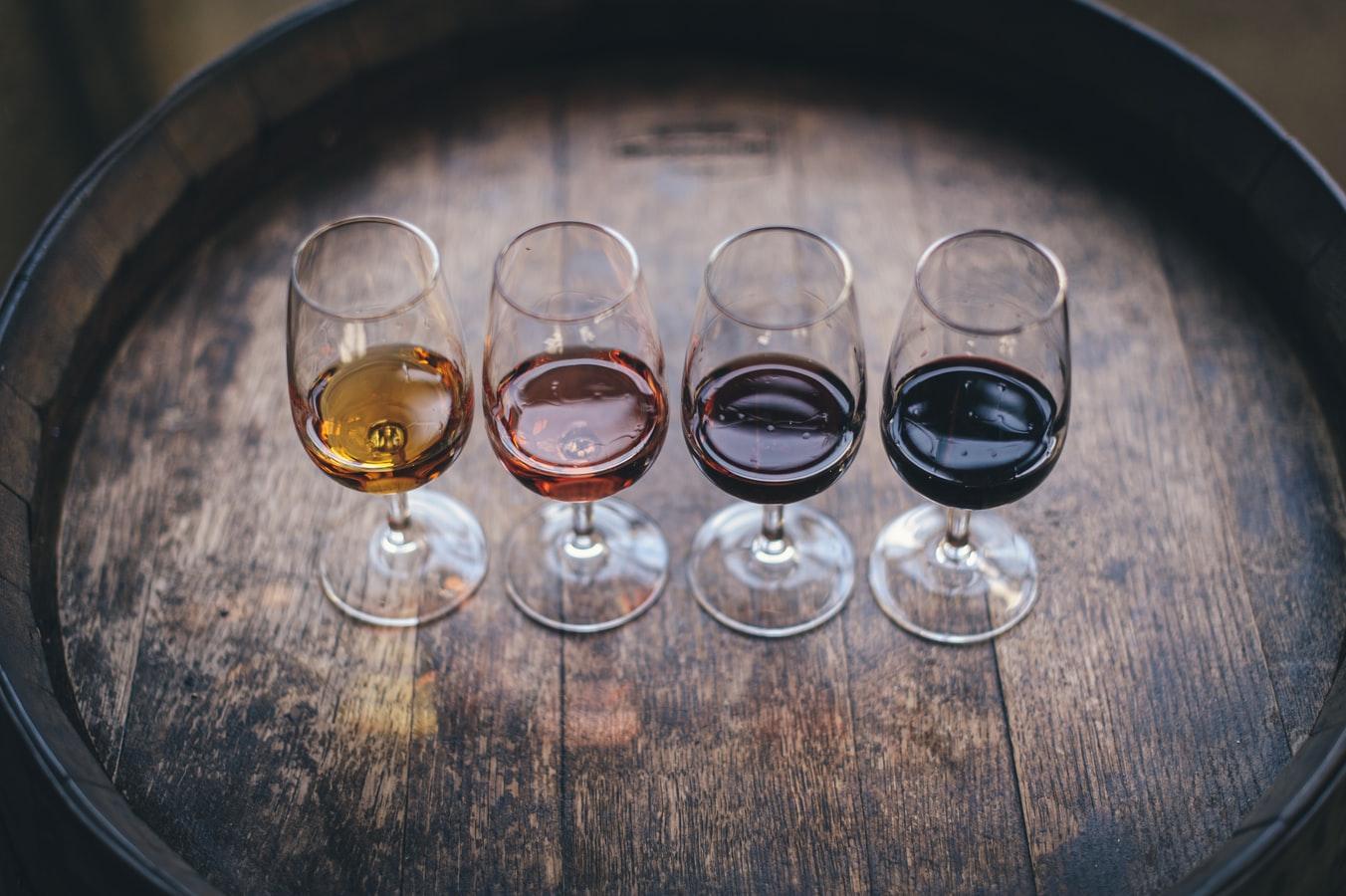Quatro taças com diferentes tipos de vinhos