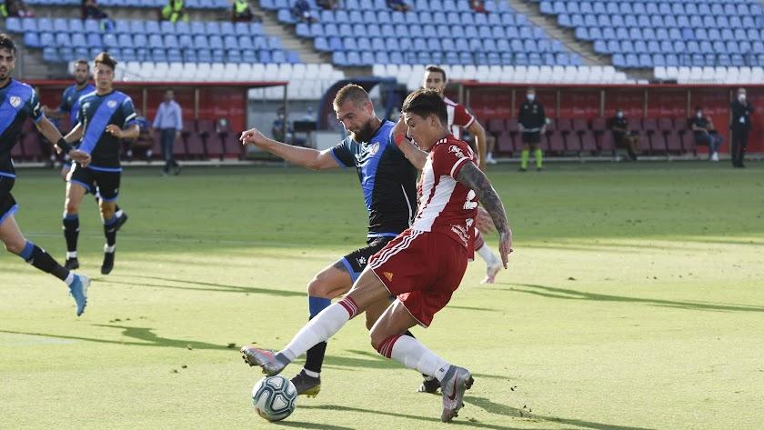 Darwin Núñez en una jugada del partido ante el Rayo Vallecano con Saveljich.