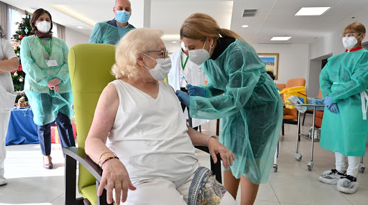 Andalucía comienza la administración de vacunas en dos ancianos de Granada