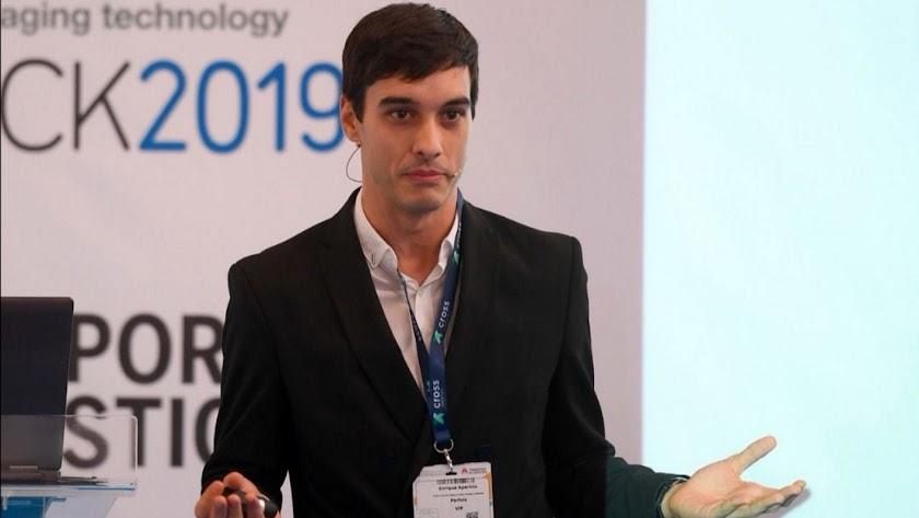 Enrique Aparicio, impartiendo una conferencia.