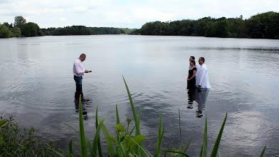 Photo: Kirchengemeinde aus Farmsen tauft drei junge Gemeindemitglieder im Großensee