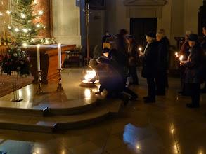 Photo: Wir tragen mit der Kerze unsere Sorgen und Bitten zum Altar