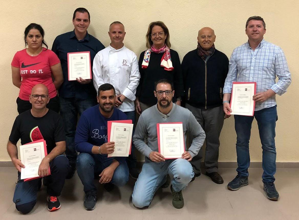 Cid entrega los diplomas del curso de cortadores de jamón