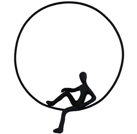 Metallfigur sittande i ring