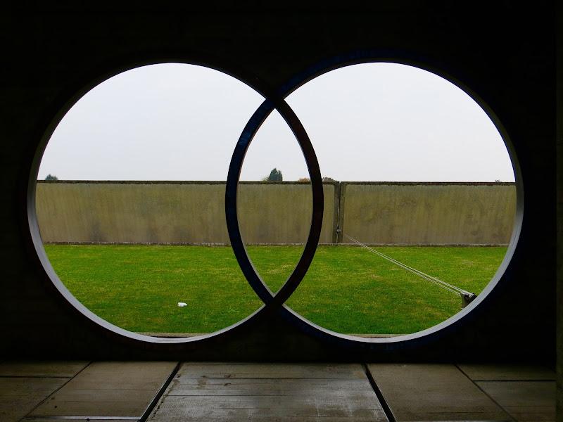 muro visto attraverso cerchi di mariellaturlon