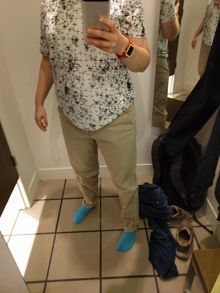 Beiga chinos med herr t-shirt i L storlek. Detta kan jag leva med.