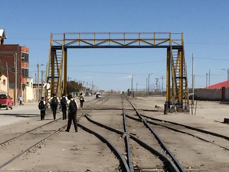 ウユニの線路上を歩く地元の学生