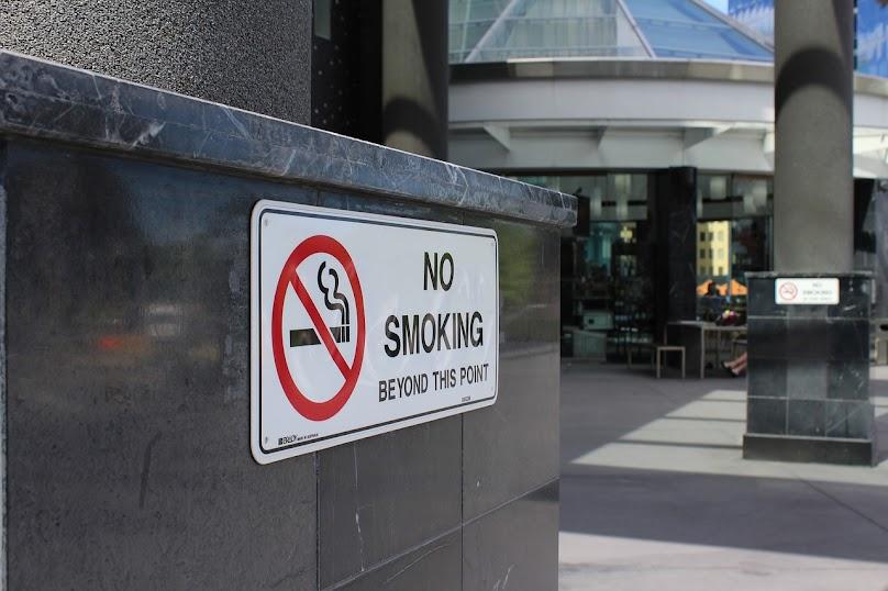Palenie nie służy ludziom... a już na pewno nie w domu! Warto tego unikać