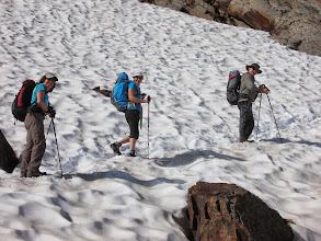 Photo: une longue montée dans la neige de Fin Juillet