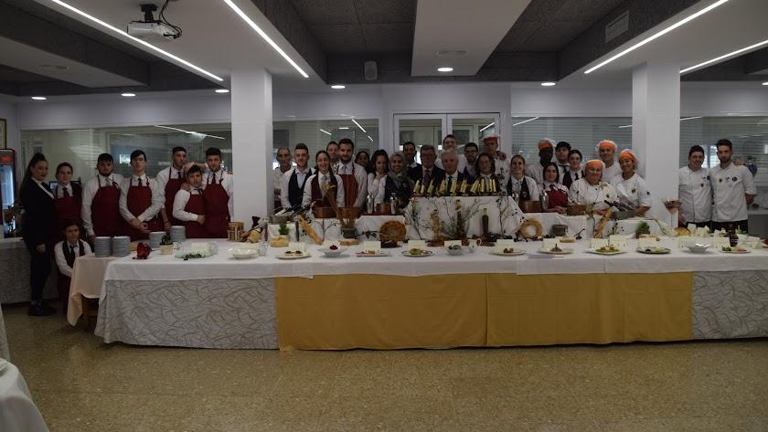 Profesores y alumnos de diferentes especialidades, junto a los platos presentados a concurso por los alumnos de cocina.