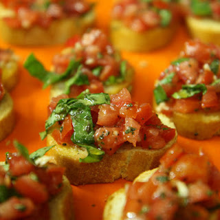 (Italian grilled bread with tomatoes).