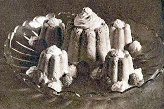 Photo: Vaníliakrém apró formákban, mogyorócsókkal és habbal díszítve. - Krem waniliowy.