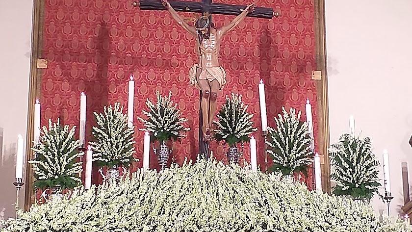 El Santísimo Cristo de La Luz en su altar de la iglesia de Santa María de Ambrox.