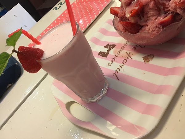 草莓牛奶雪花冰 (1人份)130 草莓牛奶 130  雪花冰也是草莓口味的 吃起來感覺是店家做的 顏色也比外面吃的雪花冰底還要粉味道也比較重 但上面比較甜因為還有煉乳跟果醬 我把上面的料吃完吃後面剩冰