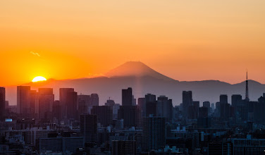 Photo: The setting sun, Mt Fuji, and the Tokyo Tower make an appearance on a January Evening