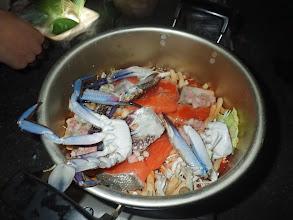 Photo: 他にも、アンコウ、鮭、ホタテ、かっぱえびせん?といった魚介類が入ってます