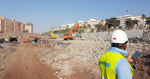 Trabajador del Grupo Parra en una de las demoliciones.