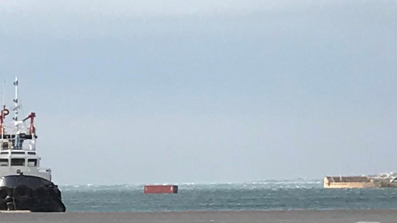 Consecuencias del temporal: el viento arrastra contenedores en el puerto - La Voz de Almería