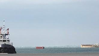 Un viandante ha capturado la llamativa imagen de un contenedor arrastrado por el viento en el puerto.