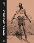 Afrikaanse man met geweer dwars achter de rug
