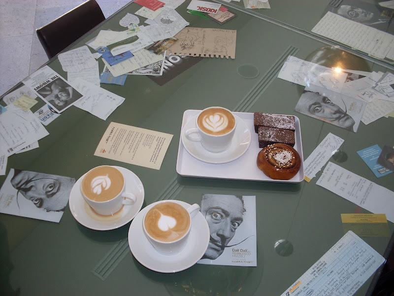 Cappuccino con artista di Akidebi