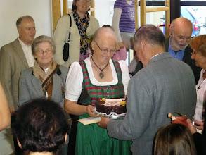 Photo: Und Anni Führer überreicht die Torte.