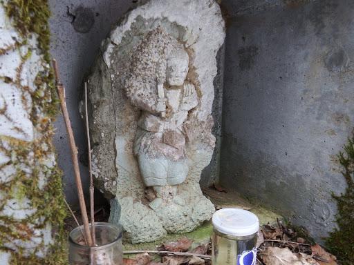 路肩に祀られる石像