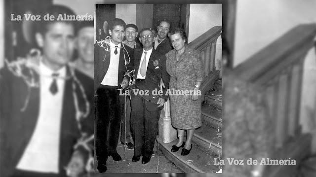 Pedro Corrales (a la izquierda), en una de las fiestas que en Nochevieja se celebraban en el Teatro Cervantes.